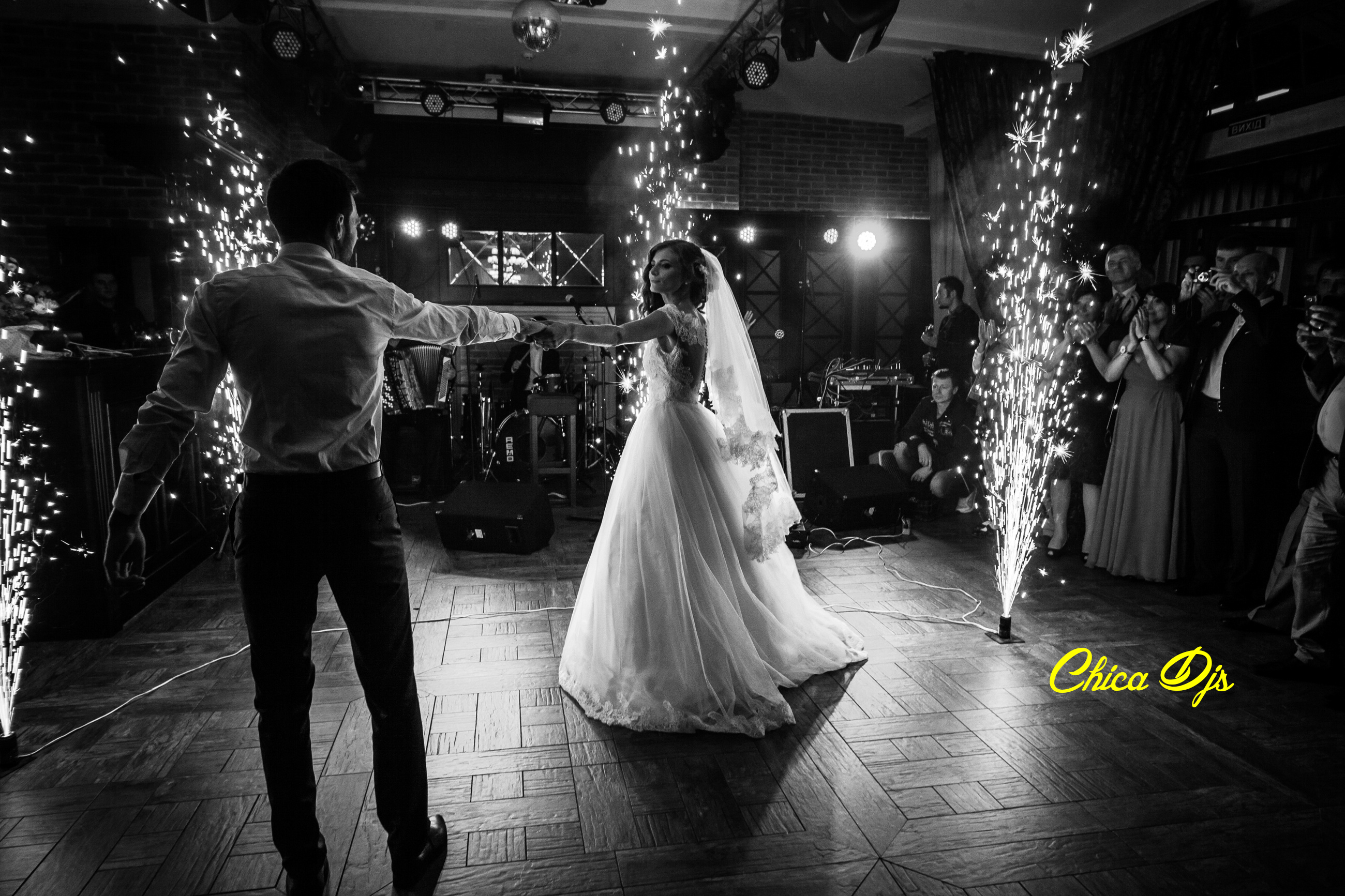 How to choose the right DJ for your Wedding. Chica DJs
